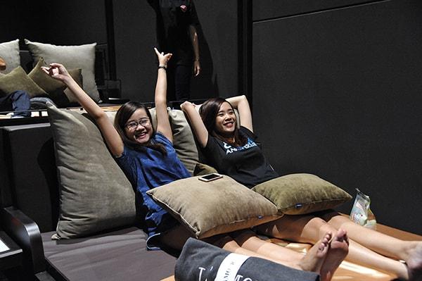 Ghế giường nằm mang lại sự thoải mái và thư giãn cho người xem phim