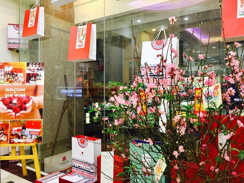 Trang trí văn phòng bằng hoa đào, hoa mai