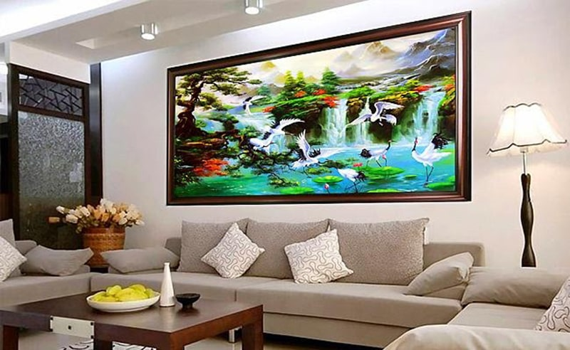 Tranh sơn thủy mang lại vẻ đẹp hài hòa, dễ chịu cho không gian phòng khách
