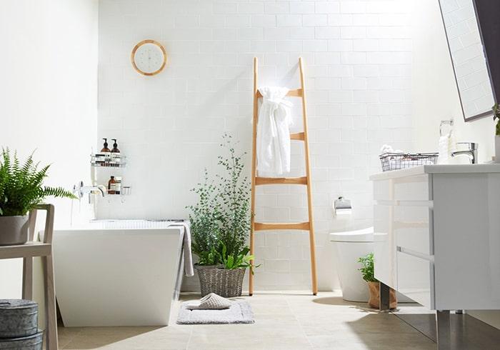 Nếu phòng tắm còn thừa diện tích rộng, thêm cây sẽ giúp không gian hài hòa hơn