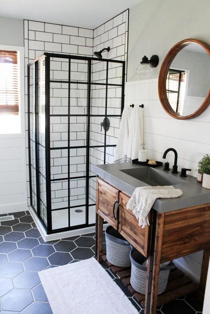 Để không gian được gọn, bạn có thể tận dụng khoảng không gian dưới bồn rửa mặt để bố trí thêm tủ đựng đồ