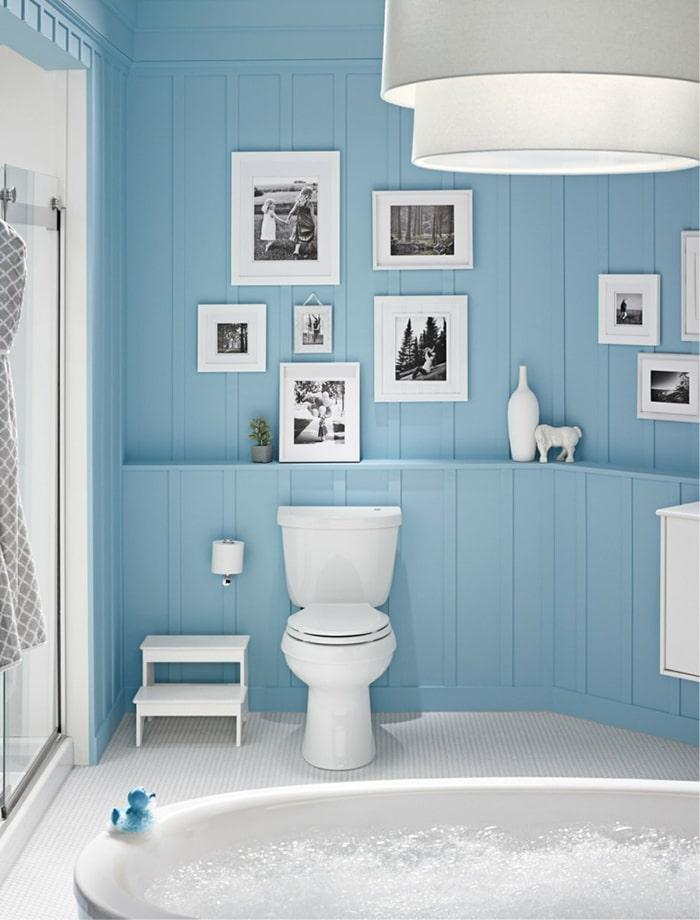 Phòng tắm tông màu xanh trời mang lại cảm giác dịu nhẹ, tạo độ mở cho không gian