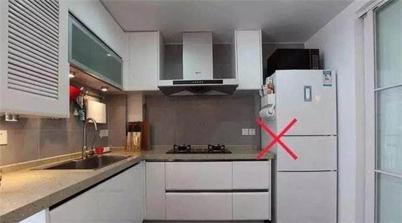 Không nên đặt tủ lạnh gần hoặc đối diện bếp nấu